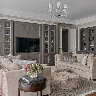 Пример оригинального дизайна: гостиная комната в стиле современная классика с бежевыми стенами, паркетным полом среднего тона, телевизором на стене и коричневым полом