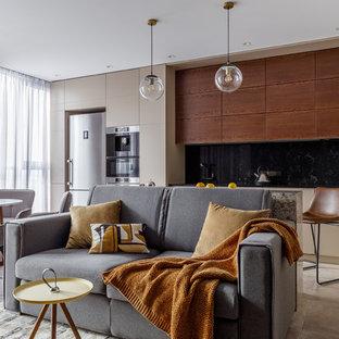 Идея дизайна: открытая гостиная комната в современном стиле с бежевыми стенами и бежевым полом