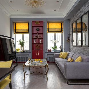 Idee per un soggiorno classico di medie dimensioni e aperto con nessun camino, TV autoportante, parquet chiaro e pareti multicolore