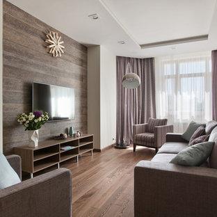Неиссякаемый источник вдохновения для домашнего уюта: гостиная комната в современном стиле с белыми стенами, паркетным полом среднего тона, телевизором на стене и коричневым полом