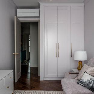 Immagine di un piccolo soggiorno chic chiuso con pareti rosa, pavimento in legno massello medio, nessun camino, TV a parete e pavimento marrone
