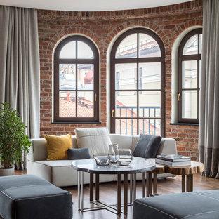 На фото: открытая гостиная комната среднего размера в современном стиле с темным паркетным полом, коричневым полом и коричневыми стенами с