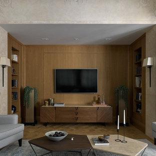 Diseño de salón cerrado, tradicional renovado, con paredes marrones, suelo de madera en tonos medios, televisor colgado en la pared y suelo marrón