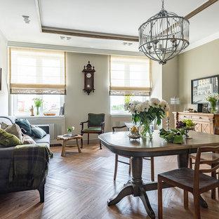 Источник вдохновения для домашнего уюта: гостиная комната в стиле ретро с бежевыми стенами, паркетным полом среднего тона и бежевым полом