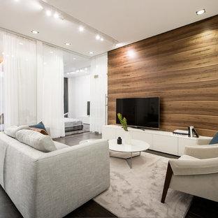 Diseño de salón contemporáneo con paredes marrones, televisor independiente y suelo negro