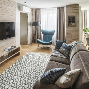 Создайте стильный интерьер: парадная, открытая гостиная комната в современном стиле с белыми стенами, светлым паркетным полом, телевизором на стене и бежевым полом - последний тренд
