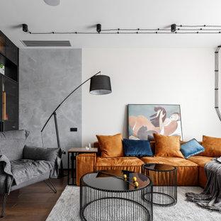 Пример оригинального дизайна: гостиная комната в современном стиле с паркетным полом среднего тона и коричневым полом