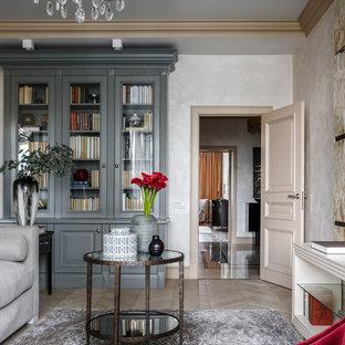 Идея дизайна: изолированная гостиная комната в классическом стиле с бежевыми стенами, бежевым полом и библиотекой
