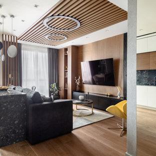 Неиссякаемый источник вдохновения для домашнего уюта: открытая гостиная комната в современном стиле с коричневыми стенами, светлым паркетным полом, телевизором на стене, бежевым полом и деревянным потолком