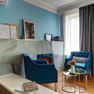 Пример оригинального дизайна: гостиная комната среднего размера в стиле современная классика с синими стенами и коричневым полом