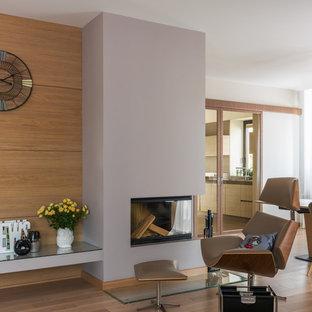 Неиссякаемый источник вдохновения для домашнего уюта: гостиная комната в современном стиле с паркетным полом среднего тона, стандартным камином и коричневым полом