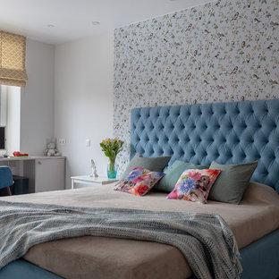 Kleines, Abgetrenntes Skandinavisches Wohnzimmer ohne Kamin mit weißer Wandfarbe, Laminat, Wand-TV und weißem Boden in Moskau