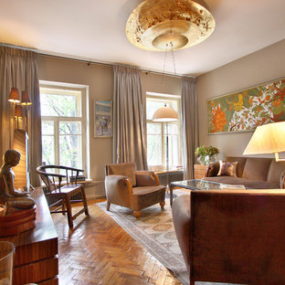 Diseño de biblioteca en casa cerrada, asiática, de tamaño medio, sin chimenea y televisor, con paredes marrones, suelo de madera en tonos medios y suelo amarillo