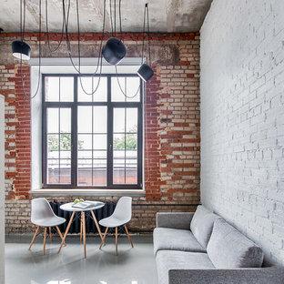 Выдающиеся фото от архитекторов и дизайнеров интерьера: парадная, открытая гостиная комната в стиле лофт с разноцветными стенами и отдельно стоящим ТВ