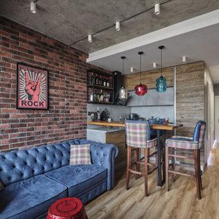 На фото: маленькая открытая гостиная комната в стиле лофт с полом из линолеума, коричневым полом, домашним баром и серыми стенами