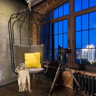 Idéer för att renovera ett industriellt vardagsrum, med mörkt trägolv