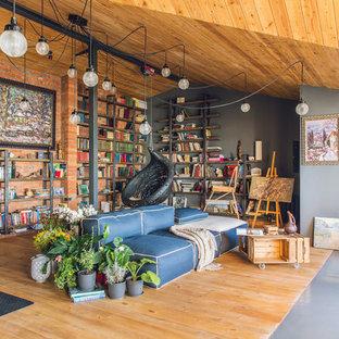 Diseño de sala de estar con biblioteca cerrada, industrial, con suelo de madera en tonos medios, paredes multicolor y suelo multicolor