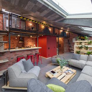 На фото: большие открытые гостиные комнаты в стиле лофт с полом из линолеума и коричневыми стенами