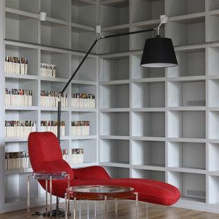Выдающиеся фото от архитекторов и дизайнеров интерьера: огромная гостиная комната в современном стиле с библиотекой и светлым паркетным полом