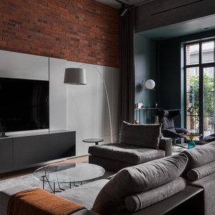 Immagine di un soggiorno moderno di medie dimensioni e aperto con sala giochi, pareti multicolore, TV autoportante e pannellatura