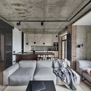 Неиссякаемый источник вдохновения для домашнего уюта: открытая гостиная комната в стиле лофт с серыми стенами и бежевым полом