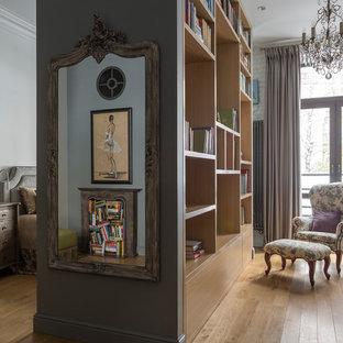 Стильный дизайн: маленькая открытая гостиная комната в стиле современная классика с библиотекой, серыми стенами, светлым паркетным полом и бежевым полом - последний тренд