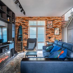 Неиссякаемый источник вдохновения для домашнего уюта: открытая гостиная комната в стиле лофт с красными стенами, темным паркетным полом, горизонтальным камином, черным полом и кирпичными стенами