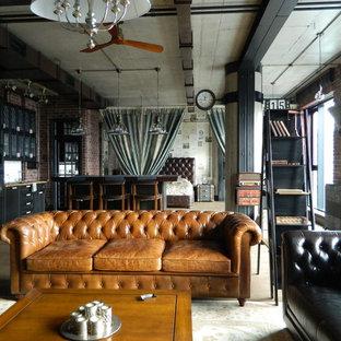 Idee per un soggiorno industriale aperto con pareti rosse e nessuna TV