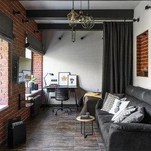 Diseño de sala de estar abierta, industrial, con paredes blancas, televisor colgado en la pared y suelo marrón