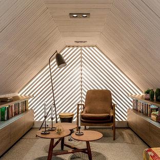 Пример оригинального дизайна: гостиная комната в современном стиле с белыми стенами, ковровым покрытием и серым полом