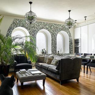 Пример оригинального дизайна: открытая гостиная комната в стиле фьюжн с белыми стенами, паркетным полом среднего тона и стандартным камином без ТВ