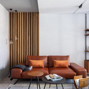 На фото: гостиная комната в современном стиле с белыми стенами, светлым паркетным полом и бежевым полом с