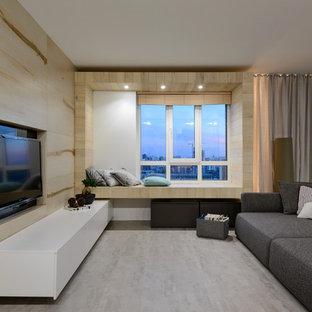 На фото: гостиная комната в современном стиле с бежевыми стенами и мультимедийным центром без камина