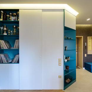 Diseño de salón con rincón musical abierto, nórdico, pequeño, con paredes marrones, suelo de madera en tonos medios, pared multimedia y suelo amarillo