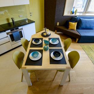 Modelo de salón con rincón musical abierto, escandinavo, pequeño, con paredes marrones, suelo de madera en tonos medios, pared multimedia y suelo amarillo
