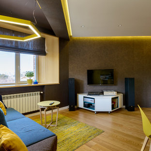 Ejemplo de salón con rincón musical abierto, nórdico, pequeño, con paredes marrones, suelo de madera en tonos medios, pared multimedia y suelo amarillo