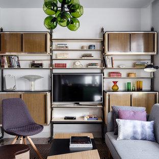 На фото: гостиная комната в стиле ретро с белыми стенами, отдельно стоящим ТВ и с книжными шкафами и полками без камина