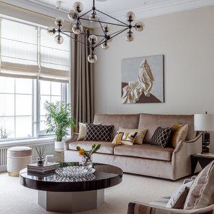 Стильный дизайн: гостиная комната в современном стиле с бежевыми стенами, ковровым покрытием и бежевым полом - последний тренд