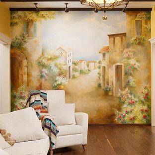 Esempio di un soggiorno mediterraneo di medie dimensioni e chiuso con libreria, pareti arancioni, parquet scuro e TV autoportante