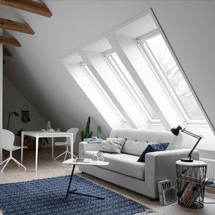 Новые идеи обустройства дома: парадная гостиная комната в скандинавском стиле с белыми стенами и светлым паркетным полом