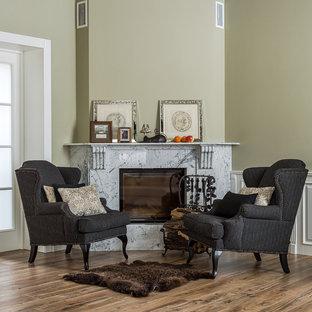Idéer för ett klassiskt vardagsrum, med klinkergolv i porslin, en öppen hörnspis, en spiselkrans i sten, brunt golv och beige väggar