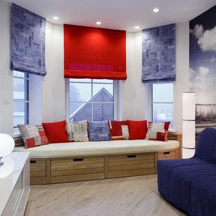 Diseño de sala de estar cerrada, marinera, pequeña, con paredes azules, suelo laminado, televisor independiente y suelo beige