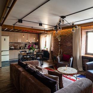 Diseño de salón con barra de bar tipo loft, urbano, de tamaño medio, sin chimenea, con paredes multicolor, suelo de madera en tonos medios y televisor colgado en la pared