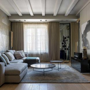 Пример оригинального дизайна: большая парадная, открытая гостиная комната в скандинавском стиле с серыми стенами, светлым паркетным полом и бежевым полом