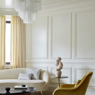 Repräsentatives Klassisches Wohnzimmer mit weißer Wandfarbe und vertäfelten Wänden in Moskau