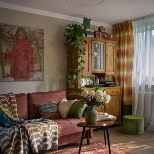 Esempio di un piccolo soggiorno boho chic aperto con pareti grigie, pavimento in gres porcellanato e pavimento marrone