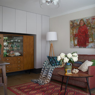 Свежая идея для дизайна: маленькая гостиная комната в стиле фьюжн с полом из керамогранита, бежевыми стенами и домашним баром без камина - отличное фото интерьера