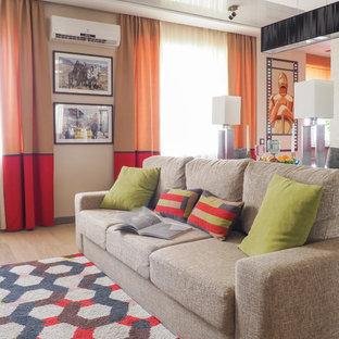 Стильный дизайн: гостиная комната в современном стиле с бежевыми стенами и светлым паркетным полом - последний тренд