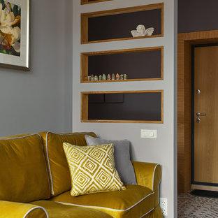 Неиссякаемый источник вдохновения для домашнего уюта: маленькая гостиная комната в стиле современная классика с серыми стенами, светлым паркетным полом и бежевым полом