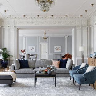 Klassisches Wohnzimmer mit grauer Wandfarbe, hellem Holzboden, beigem Boden und Wandpaneelen in Moskau